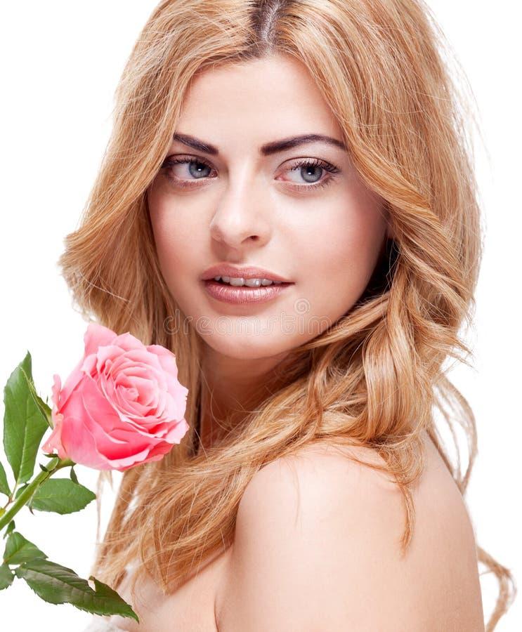 Piękny blond kobieta portret z menchii różą obraz stock