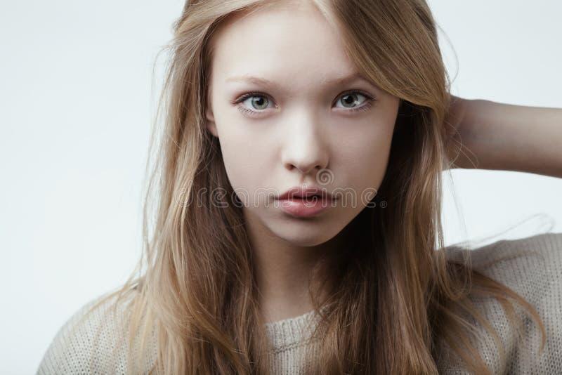 Piękny blond nastoletni dziewczyna portret zdjęcie royalty free