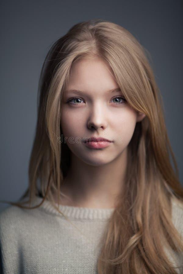 Piękny blond nastoletni dziewczyna portret fotografia stock