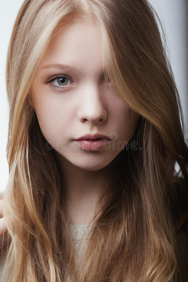 Piękny blond nastoletni dziewczyna portret fotografia royalty free