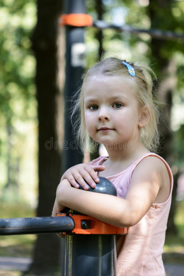 piękny blond włosy g - girl Rozważny dziecko na boisku obraz royalty free