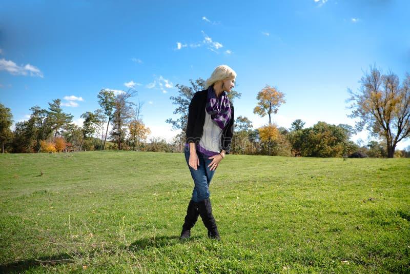 Piękny blondynka kraju dziewczyny nóg skrzyżowanie zdjęcie royalty free