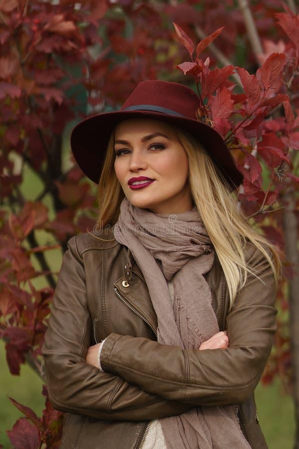 Piękny blondynki dziewczyny odprowadzenie w parku zdjęcia stock