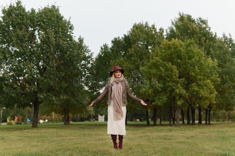 Piękny blondynki dziewczyny odprowadzenie w parku obrazy royalty free