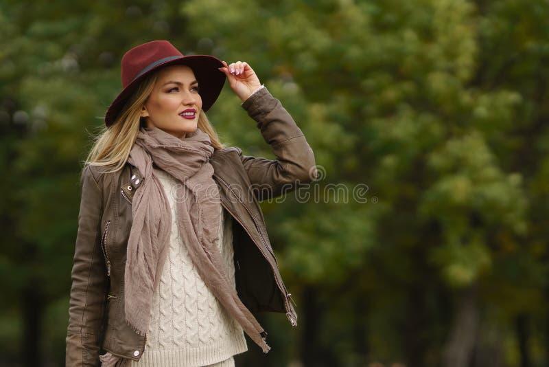 Piękny blondynki dziewczyny odprowadzenie w parku zdjęcie royalty free