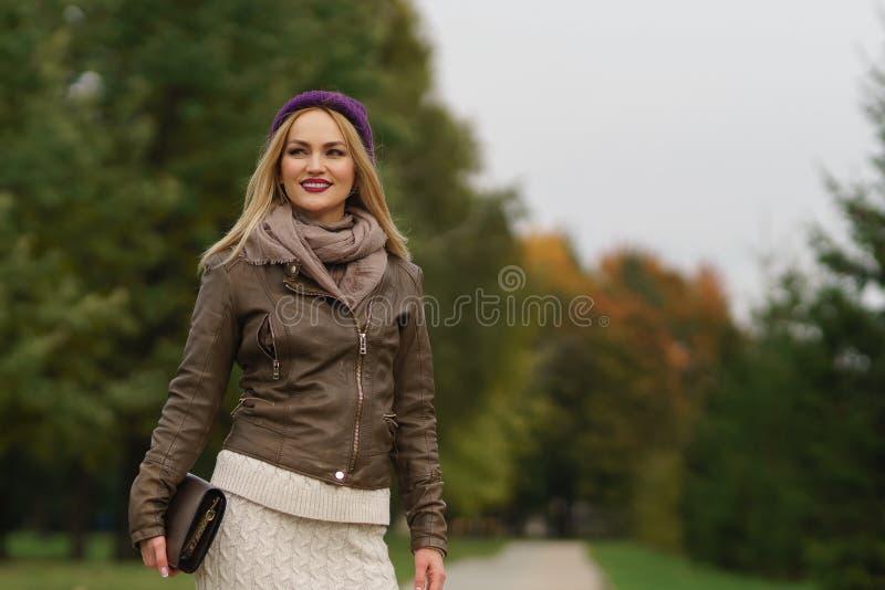 Piękny blondynki dziewczyny odprowadzenie w parku obraz royalty free