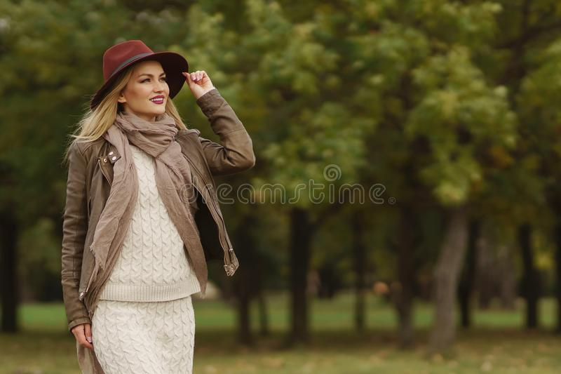 Piękny blondynki dziewczyny odprowadzenie w parku zdjęcia royalty free