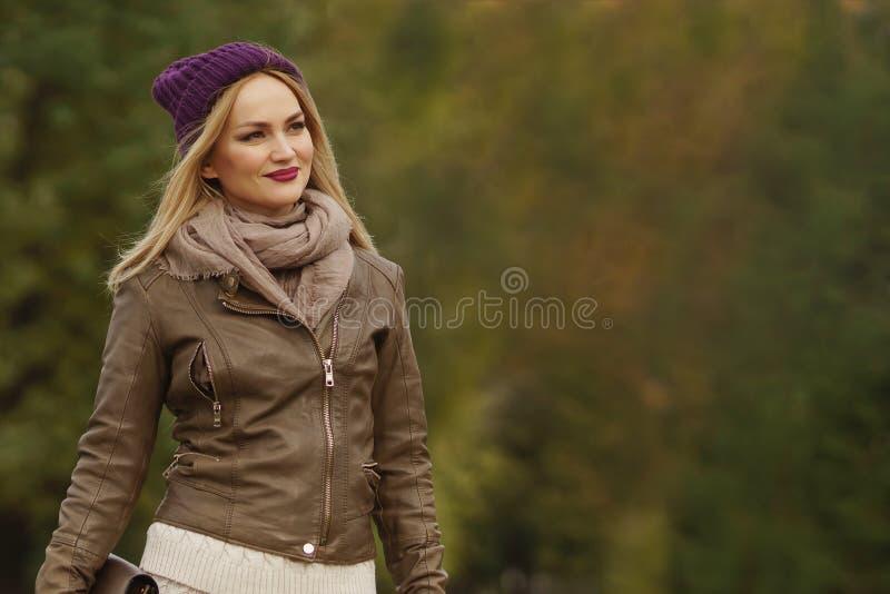 Piękny blondynki dziewczyny odprowadzenie w parku obrazy stock