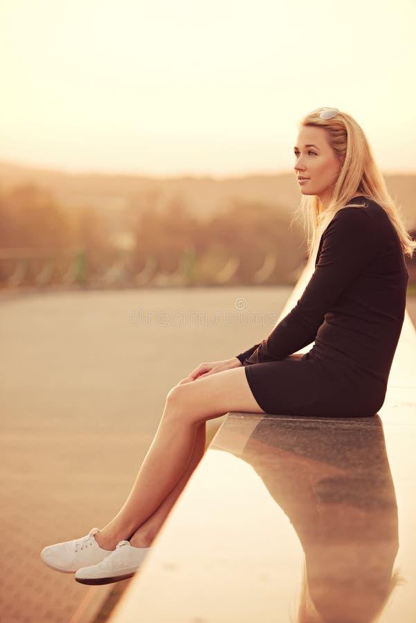 Piękny blondynki dziewczyny portret na ulicie obraz stock