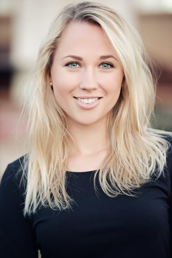 Piękny blondynki dziewczyny portret na ulicie zdjęcie royalty free