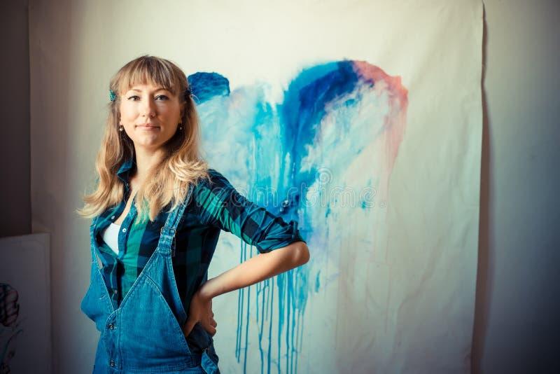 Piękny blondynki kobiety malarz zdjęcie royalty free