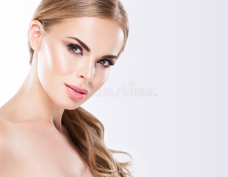 Piękny blondynki kobiety twarzy zakończenie w górę portreta studia na bielu zdjęcia royalty free