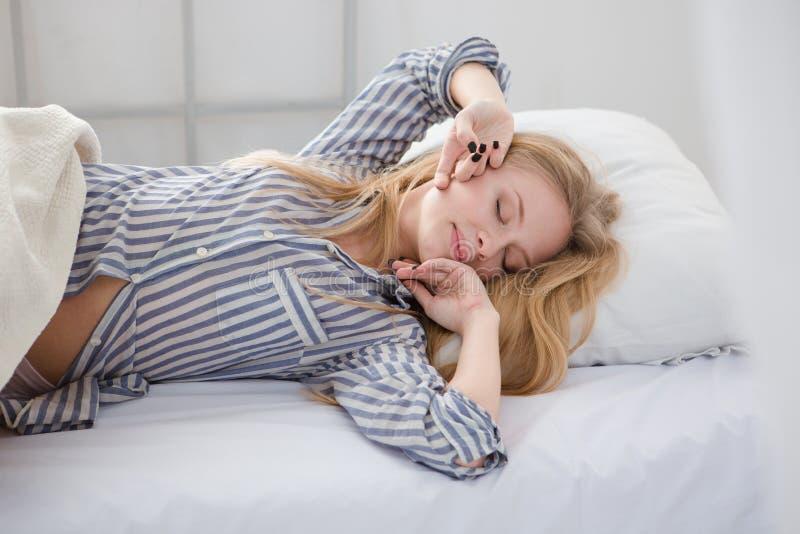 Piękny blondynki młodej kobiety dosypianie w łóżku obraz stock