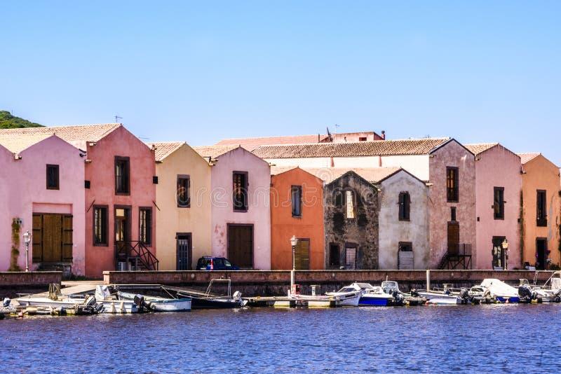 Piękny Bosa z statkami i kolorowymi garbarniami w tle, Oristano prowincja, Sardinia, Włochy obraz stock
