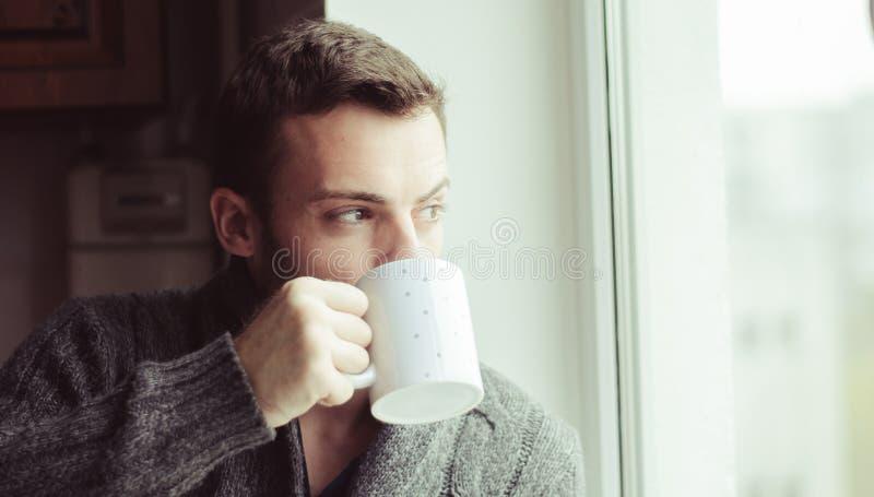 Piękny brodaty mężczyzna pije kawę obrazy stock