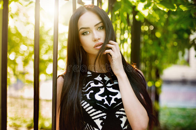 Piękny brunetki kobiety outdoors portret na słonecznym dniu fotografia royalty free
