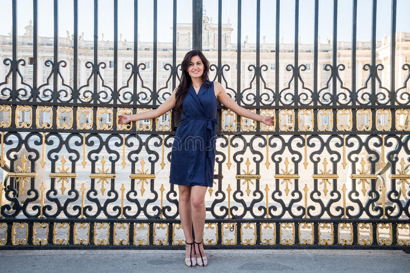 Piękny brunetki kobiety portret przy pałac bramą zdjęcie stock
