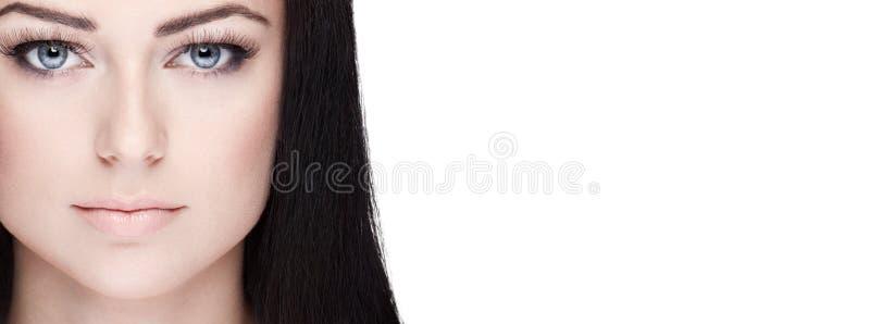 Piękny brunetki kobiety zbliżenia portret z przestrzenią obrazy royalty free