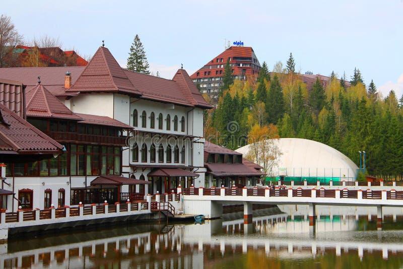 Piękny budynek hotelu nad jeziorem z refleksjami nad wodą zdjęcia royalty free