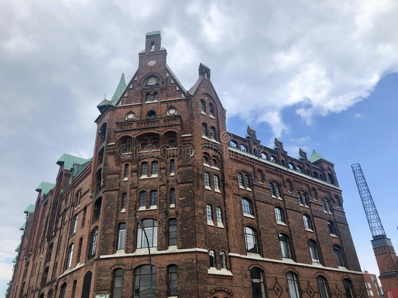 Piękny budynek w starym magazynowym gromadzkim Speicherstadt w Hamburg obrazy royalty free