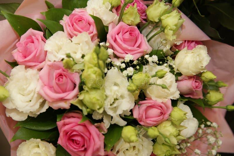 Piękny bukiet bielu, menchii róże w rozmytej ostrości dla i, obrazy royalty free