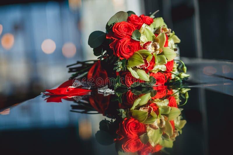 Piękny bukiet czerwonych róż przygotowania dla świętowania i ślubu Zbliżenie obrazek w świetle słonecznym z odbiciami dalej obraz royalty free