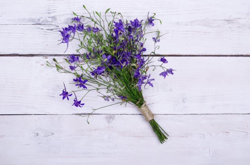 Piękny bukiet dzicy kwiaty na drewnianym stole, odgórny widok fotografia royalty free