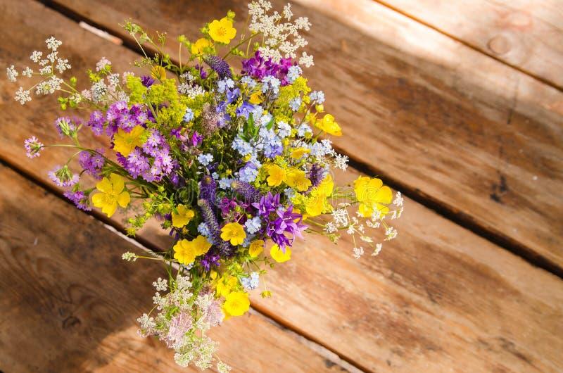 Piękny bukiet jaskrawi wildflowers na drewnianym stołowym tle obraz stock