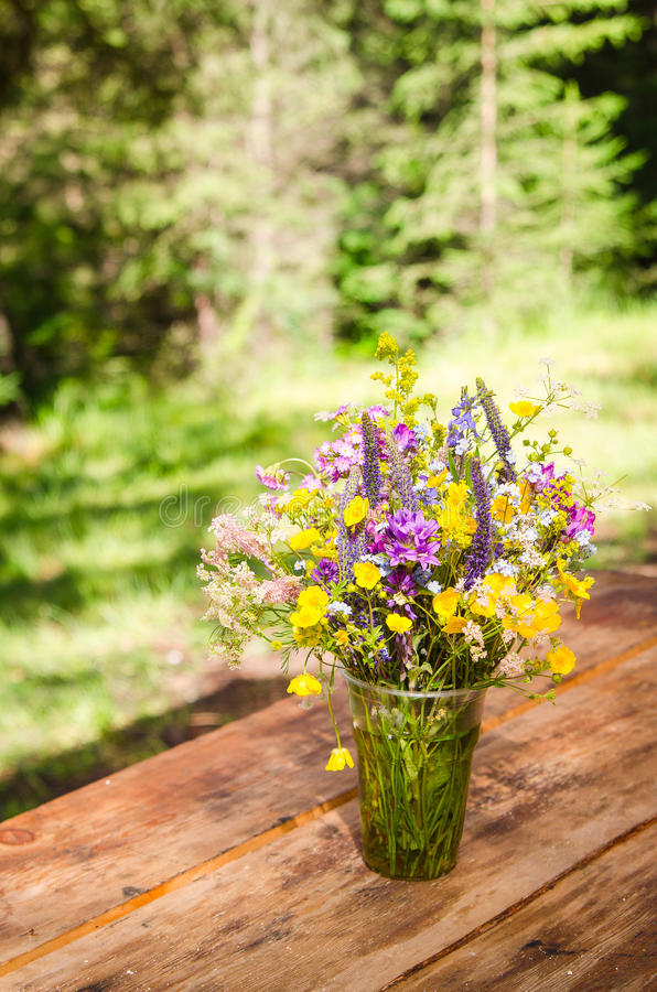 Piękny bukiet jaskrawi wildflowers na drewnianym stole zdjęcie stock