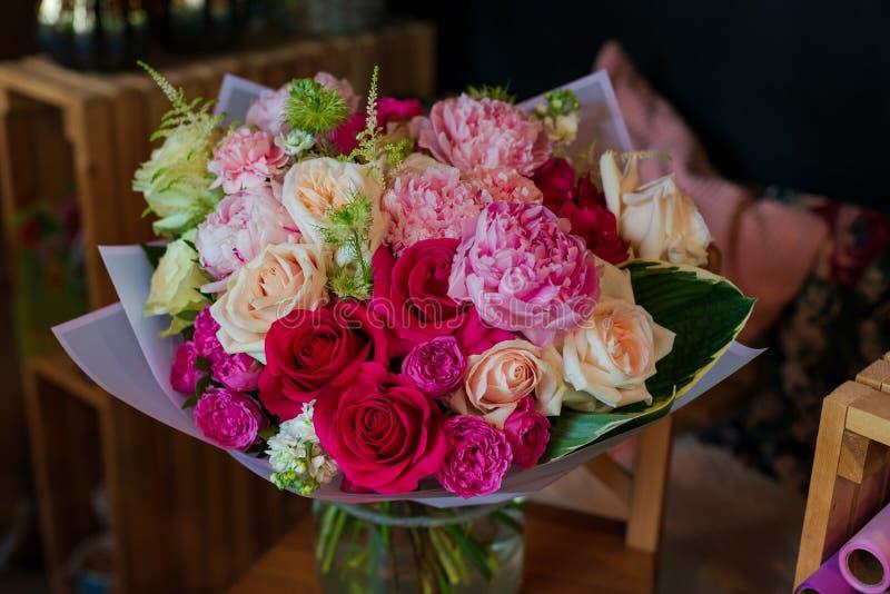 Piękny bukiet kwiaty od anemonu Ranunculus różanego mattiola Tulipanowego eukaliptusowego narcyza dla wakacje lub ślubu ja zdjęcia royalty free
