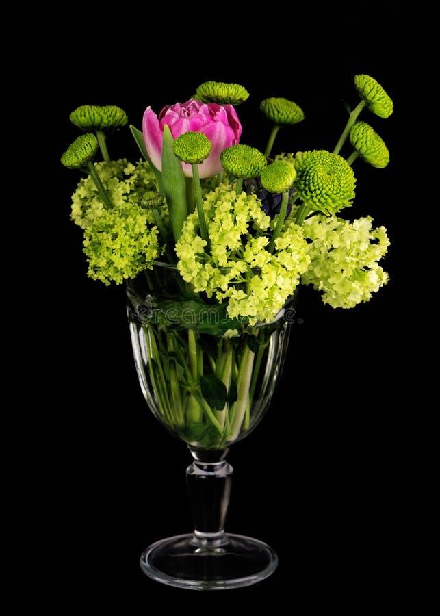 Piękny bukiet kwiaty w szklanej wazie na czarnym tle zdjęcie royalty free
