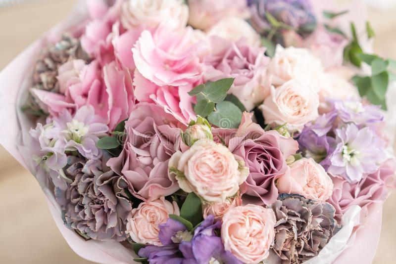 Piękny bukiet mieszani kwiaty na drewnianym stole praca kwiaciarnia przy kwiatu sklepem Delikatny Pastelowy kolor obraz stock
