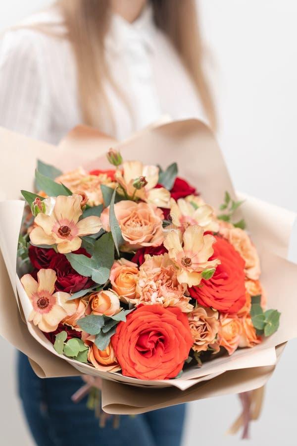 Piękny bukiet mieszani kwiaty w kobiet rękach praca kwiaciarnia przy kwiatu sklepem Delikatny Pastelowy kolor obrazy stock