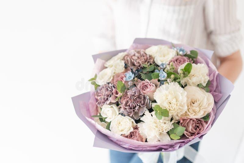 Piękny bukiet mieszani kwiaty w kobiety ręce praca kwiaciarnia przy kwiatu sklepem Delikatny Pastelowy kolor ?wie?y obrazy royalty free