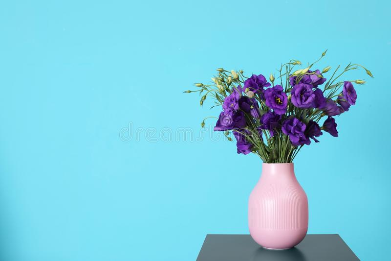 Piękny bukiet purpurowi eustoma kwiaty fotografia stock