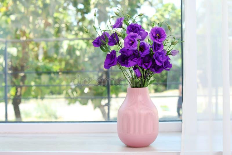 Piękny bukiet purpurowi eustoma kwiaty fotografia royalty free