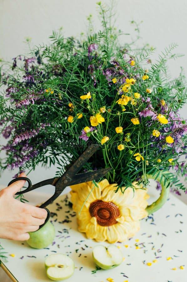 Piękny bukiet purpurowi i żółci wildflowers w pokoju świetle na białym stole obraz stock
