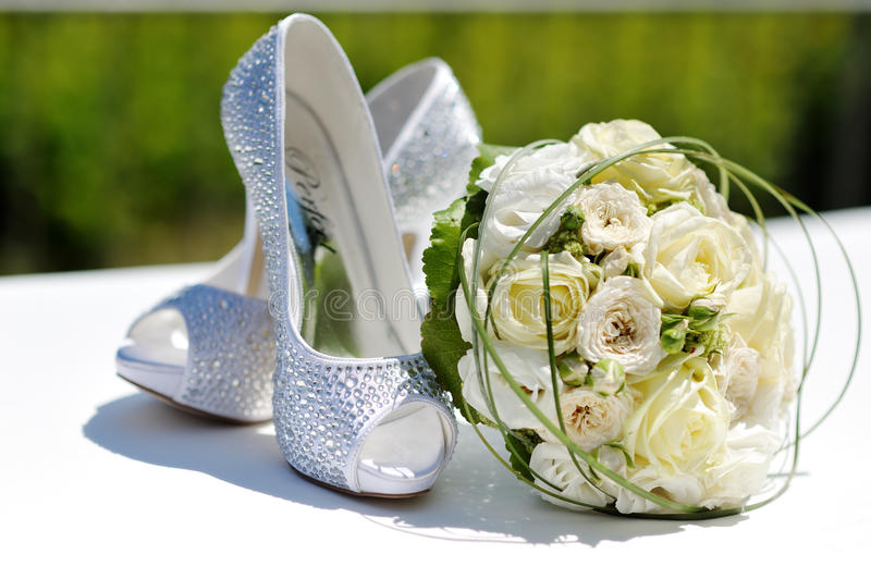 Piękny bukiet róże i ślubów buty zdjęcia royalty free