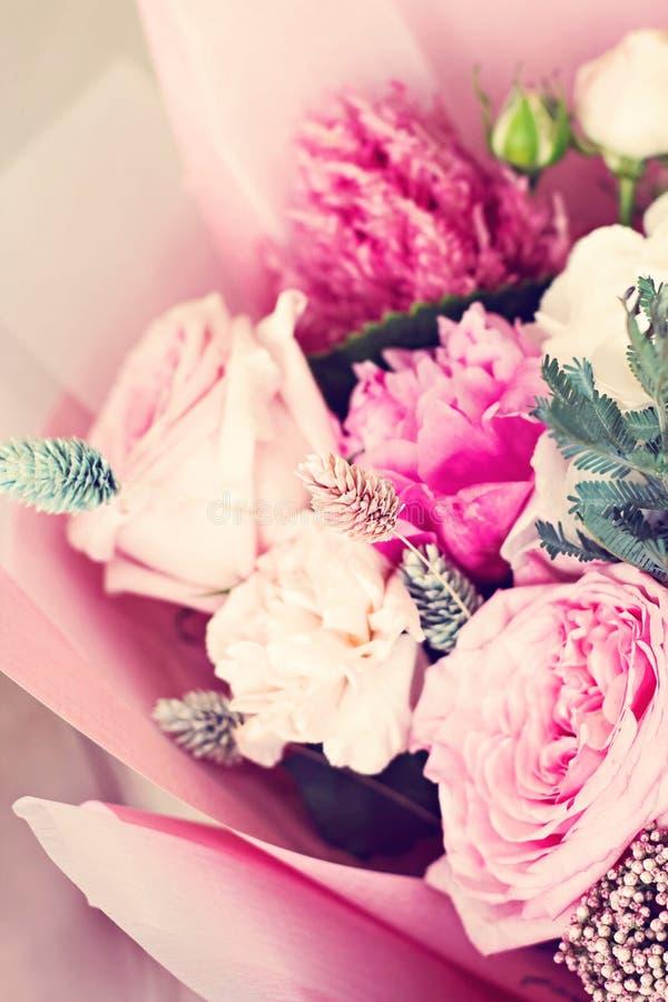 Piękny bukiet w różowym opakunkowym papierze Róże i inni delikatni piękni kwiaty zdjęcie stock