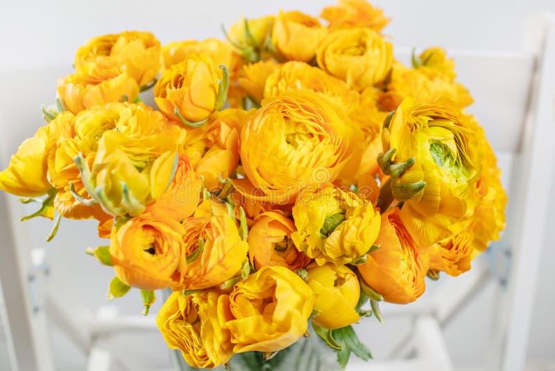 Piękny bukieta jaskier w szklanej wazie na białym tle kolorowy kolor mieszanki kwiat zdjęcia stock