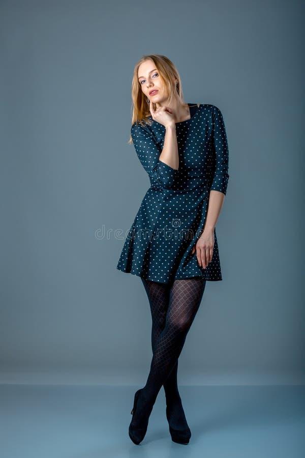 Piękny caucasian plus wielkościowa kobieta w zmroku - błękitna kropki suknia Pełny długość portret atrakcyjna młoda kobieta pozuj zdjęcia stock