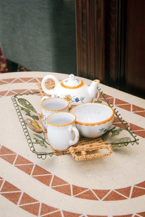 Piękny ceramiczny herbaciany ustawiający na stole fotografia royalty free