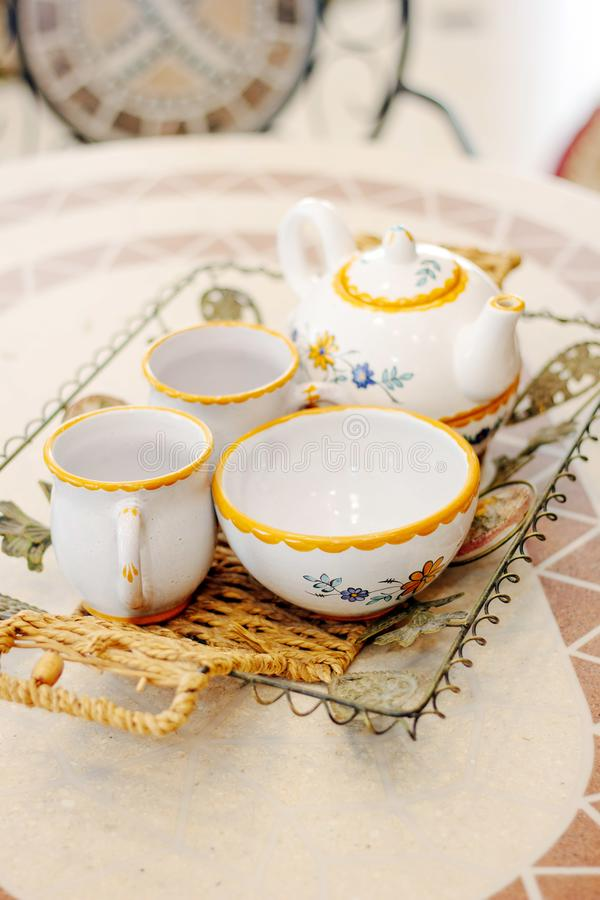 Piękny ceramiczny herbaciany ustawiający na stole obrazy royalty free