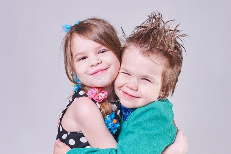 Piękny chłopiec i dziewczyny śliczny przytulenie obraz stock