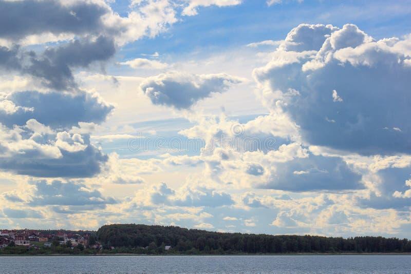 Piękny chmura pławik nad miasteczkiem obraz stock