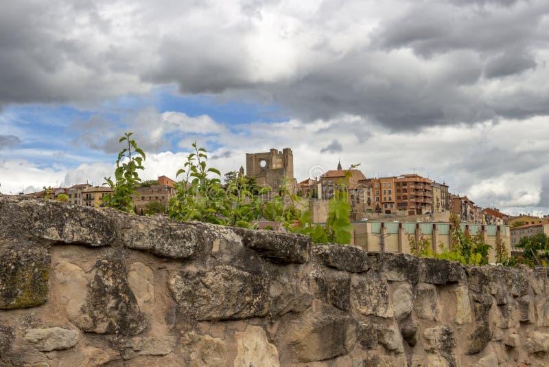 Piękny chmurzący częściowy Viana linia horyzontu jak widzieć nad starym kamienia ogrodzeniem ruiny kościół San Pedro w odległości fotografia stock