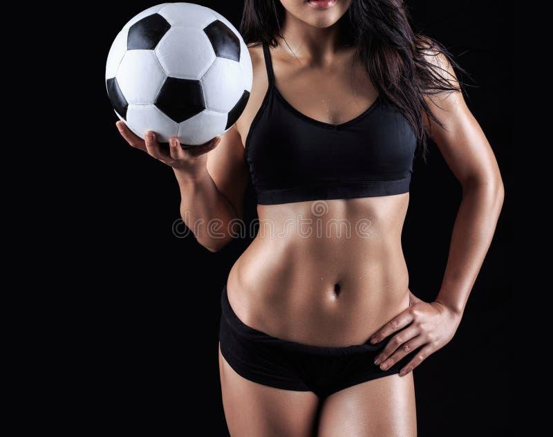 Piękny ciało sprawność fizyczna modela mienia piłki nożnej piłka fotografia stock