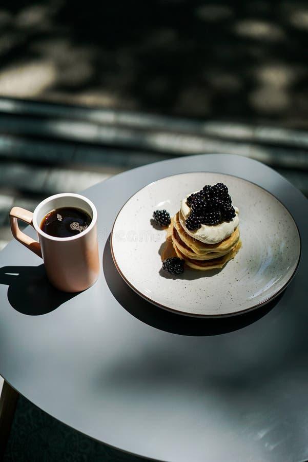 piękny ciasto torty i macaroons torty i inni słodcy desery fotografia royalty free