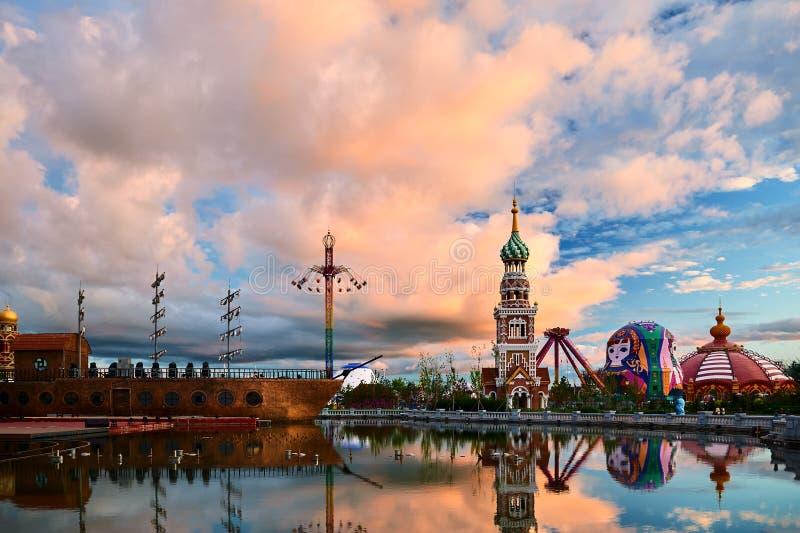 Piękny cloudscape i wierza w matryoshka kwadracie NZH Manzhouli zmierzch obraz stock