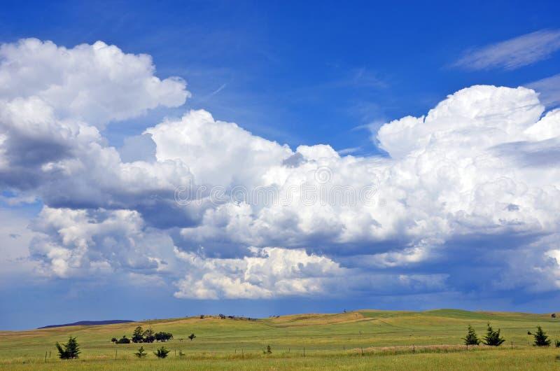 Piękny cloudscape nad staczać się zielonych wzgórza zdjęcie stock